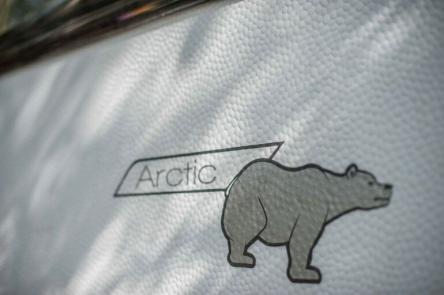Arctic Schriftzug mit Eisbär am Wohnwagen mit Winterausstattung