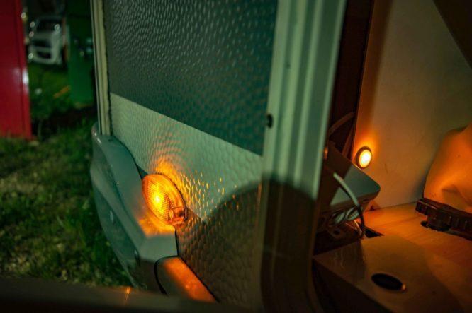 Hauptschalter für die zuschaltbare Umrissbeleuchtung in der Wohnwagen Stauklappe - eingeschaltet bei Dunkelheit