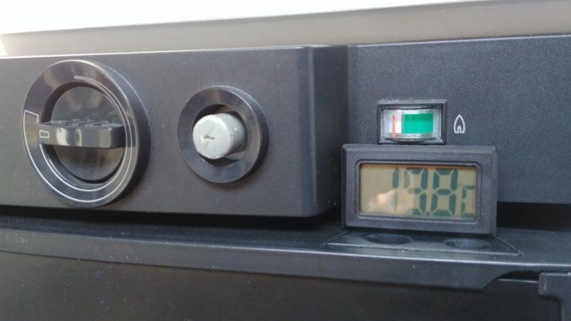 LCD Temperaturanzeige im Gehäuse des Absorber Wohnwagen Kühlscranks nachgerüstet
