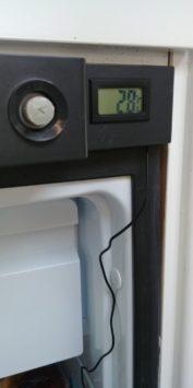 LCD Temperaturanzeige mit Temperaturfühhler im Dometic Kühlschrank verlegt