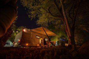Wohnwagen Umriss Beleuchtung bei Nacht auf dem Stellplatz