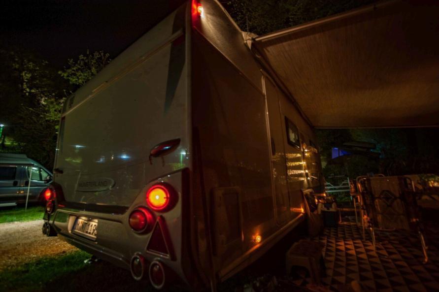 Wohnwagen mit eingeschalteter Umriss Beleuchtung in der Nacht