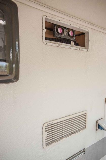 Einbau des CBE Kühlschrank Lüfters bei den Wohnwagen Lüftungsgittern