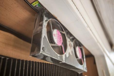 Installation des CBE Kühlschrank Lüfters am Wohnwagen über dem Kühlschrank