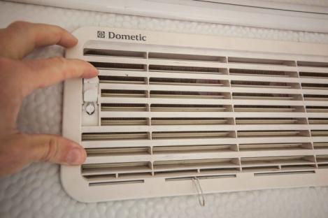 oberes Kühlschrank Dometic Lüftungsgitter am Wohnwagen