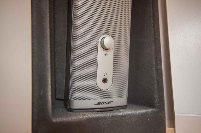 Bose 12V Aktiv Box mit Lautstärke Regler und Kopfhörer Anschluss im Wohnwagen Hängeschrank