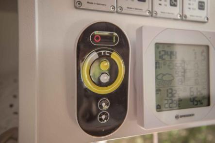Info Tafel im Wohnwagen mit Tankanzeigen, LED Dimmer und Wetterstation