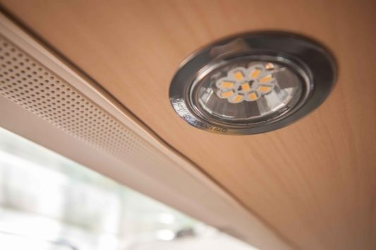 LED Strahler im Heki 3 Fenster des Wohnwagens