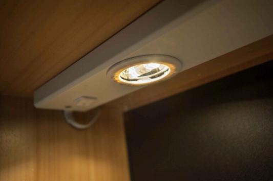 LED Lichtschien unter dem Badezimmer Hängeschrank im Wohnwagen