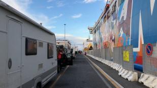 Einschiffung mit dem Wohnwagen Gespann im Hafen von Livorno