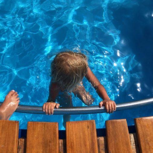 Kind im Pool auf der Fähre beim Schwimmen