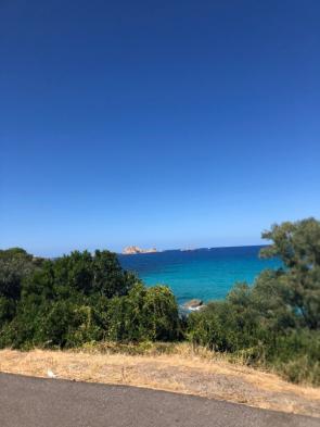 Küstenstraße auf Sardinien mit Blick auf das türkisblaze Meer