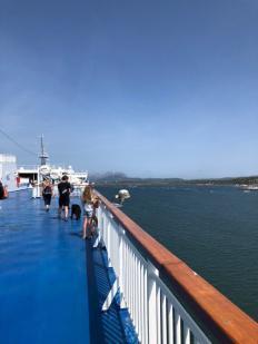an der Reling auf dem Deck der Fähre auf See