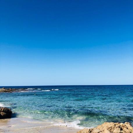 Strand auf Sardinien mit Blick auf das Meer