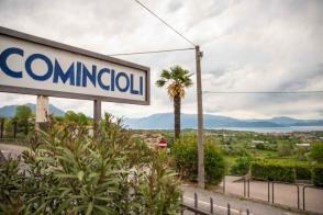 Ort Comincioli mit Blick auf die Berge und den Gardasee