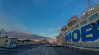 Parkplatz in Livorno für die Verschiffung des Wohnwagen Gespanns mit der Fähre bei Abendstimmung
