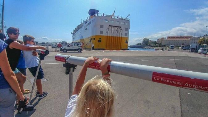 Fähre legt rückwärts im Hafen von olbia an und Kinder gucken zu
