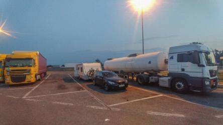 Übernachtung mit dem Wohnwagen Gespann auf einem LKW Parkplatz an der Autobahn Raststätte in Italien