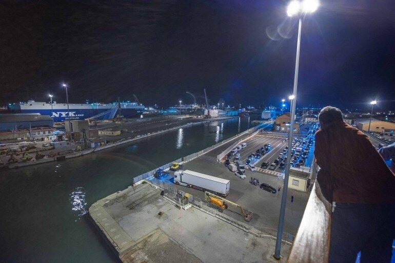 Blcik vom Deck der Fähre bei der nächtlichen Einschiffung im Hafen von Livorno