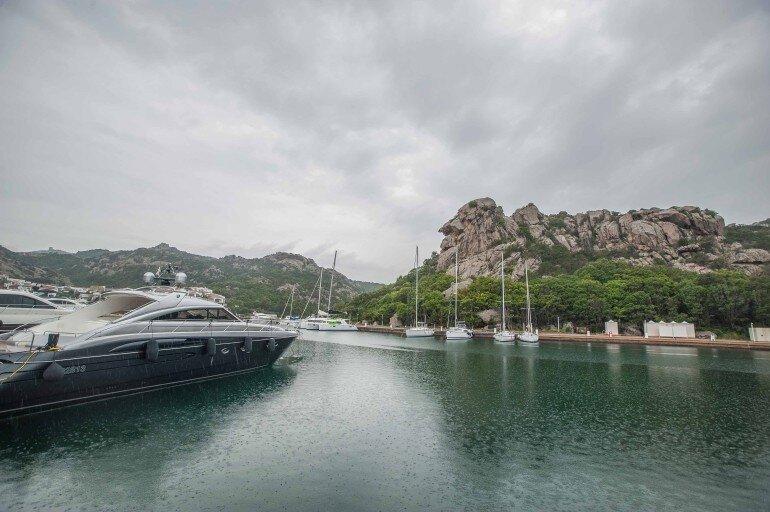Hafen in Bucht mit Yachten und Segelbooten auf Sardinien