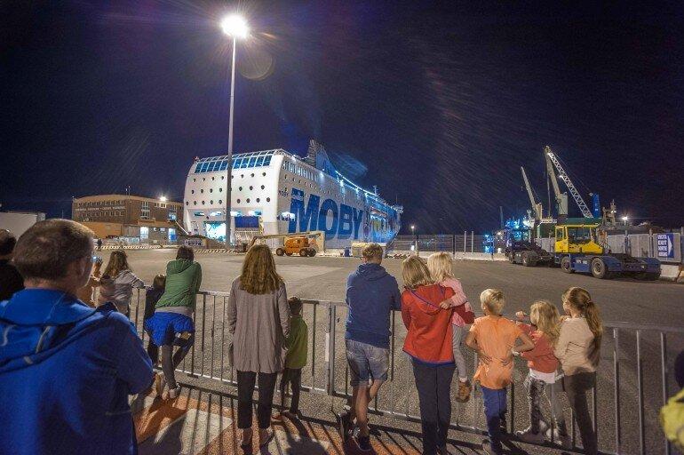 Fähre legt im Hafen von Livorno nachts an und öffnet Zufart für Wohnwagen und Reisemobile