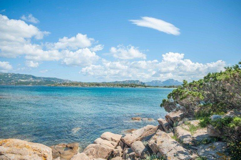 Bucht auf Sardinien mit Blick auf den Campingplatz auf der Landzunge