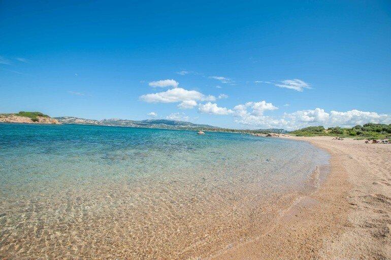 menschenleerer Strand mit Türkis Wasser auf Sardinien
