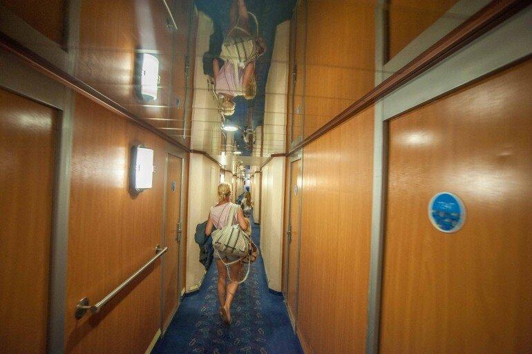 Blog Betreibering auf dem Gang im Fährschiff auf dem Weg zur Außenkabine
