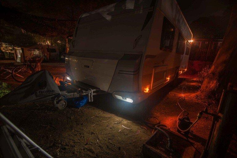 Umrissbeleuchtung am Wohnwagen bei Nacht am Wohnwagen