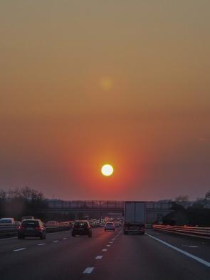 Umrissbeleuchtung am Wohnwagen zuschalten - Fahrt auf der Autobahn in den Sonnenuntergang