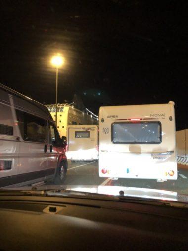 im Hafen von Livorno Auffahrt der Fahrzeuge in die Fähre