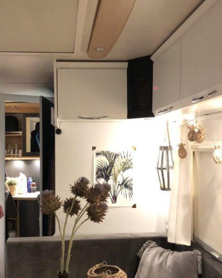 LED Aufbau Strahler unter den Hängeschranken im Wohnwagen Essbereich