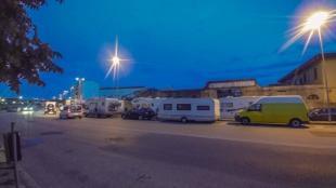Übernachtung am Straßenrand mit dem Wohnwagen Gespann im Hafen von Livorno