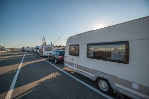 Hafen von Livorno in der Warteschlange mit dem Wohnwagen Gespann