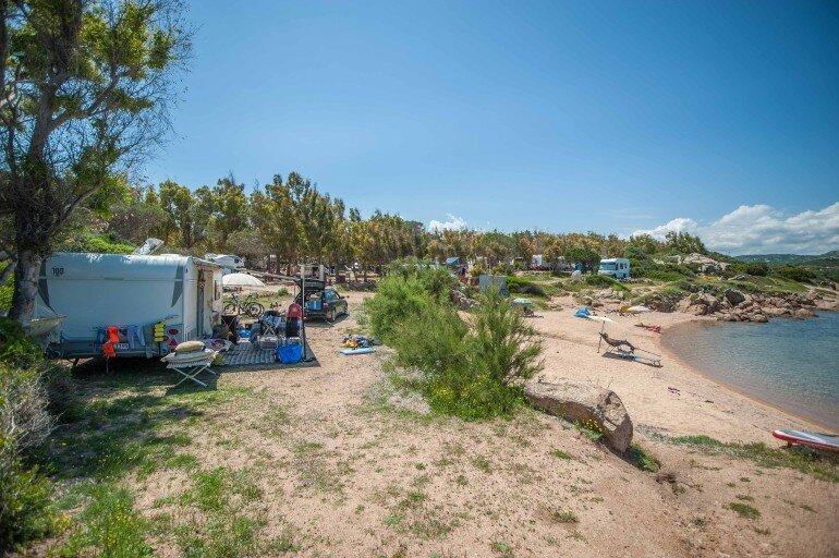 Wohnwagen und Wohnmobile mit Stellplatz direkt am Strand