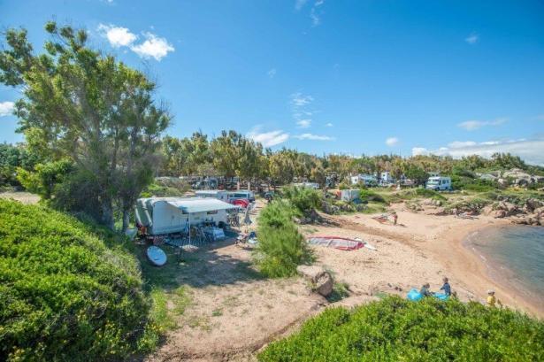 Wohnwagen und Wohnmobile mit Stellplatz und Aussicht auf den Strand und das Meer
