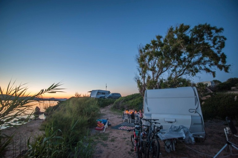 Wohnwagen Stellplatz direkt am Strand mit MTB's und Sonnenuntergang