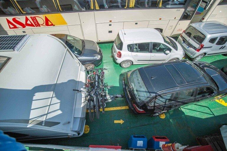 Parkplatz des Wohnwagen Gespanns auf Deck der Fähre nach La Maddalena