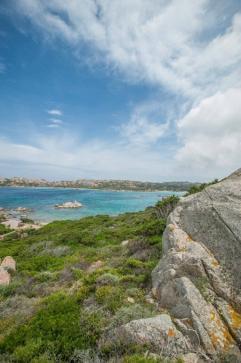 La Maddalena Felsenformation mit Blick auf die Bucht und das Meer