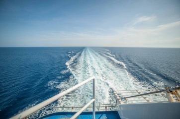 Blick vom hinteren Deck der Fähr auf das Meer