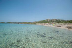 Strand auf La Maddalena mit glasklaren Wasser