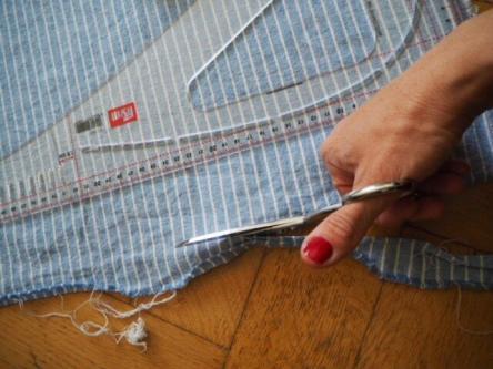 Stoffbahn mit Schere für selbstgenähte Geschirrhandtücher für das Camping zuschneiden