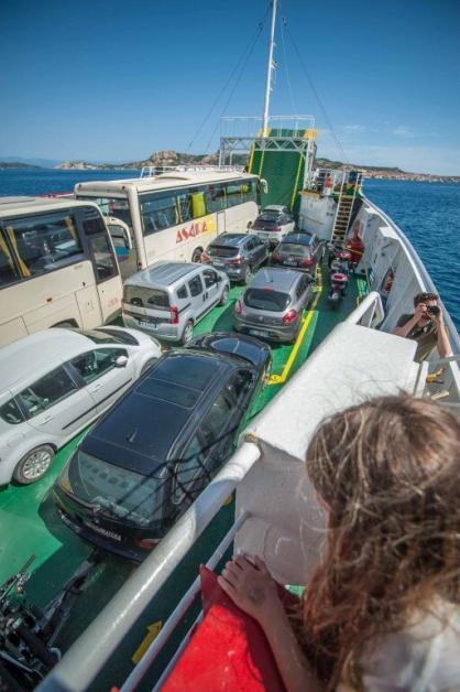 Deck der Fähre nach La Maddalena mit Autos und Bussen