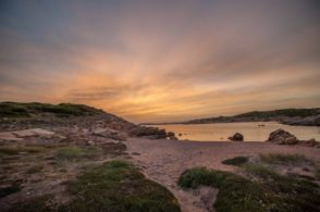 Abendstimmung mit Blick über felsigen Strand auf La Maddalena auf dem Campingplatz