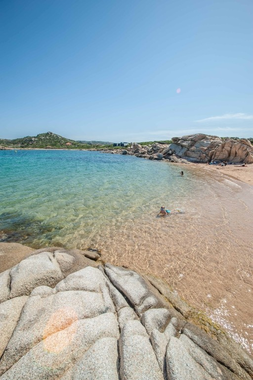 Strand auf La Maddalena mit Felsen und glasklarem Wasser