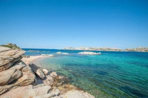 Bucht mit türkis blauem Wasser am Campingplatz Abbatoggia auf La Maddalena