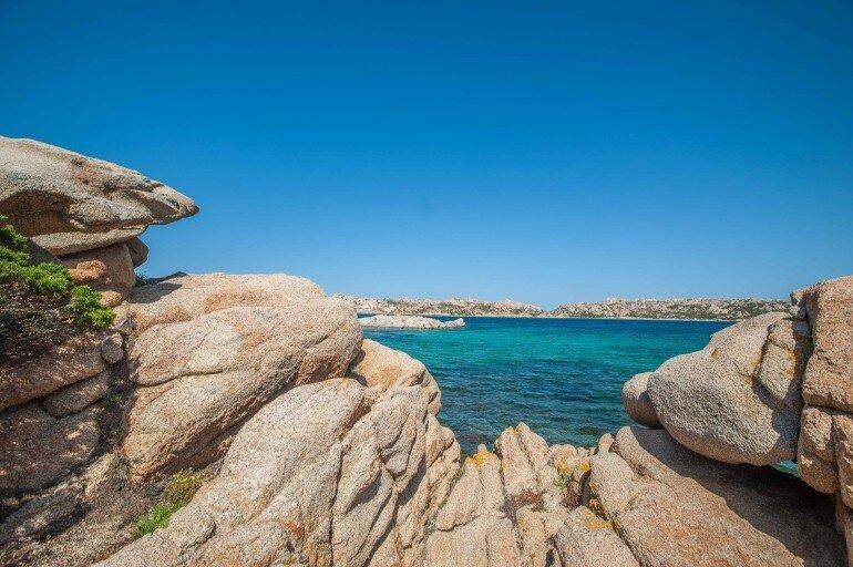 Felsenformation auf La Maddalena mit Blick in die Bucht