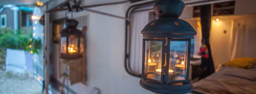 zwei Kerzen Nachtlichter a, Wohnwagen Fenster auf dem Campingplatz