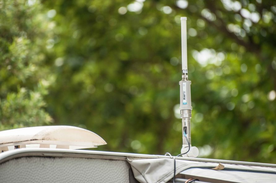 Alfa Network Wifi Verstärker Antenne auf dem Wohnwagen Dach
