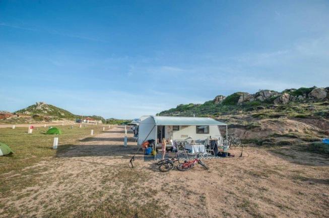 Wohnwagen auf dem Campingplatz auf La Maddalena